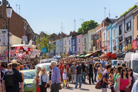 dia soleado: Vista de la calle del mercado de Portobello en Notting Hill, Londres, Reino Unido