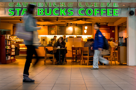 tiendas de comida: Starbucks en el frente Metro Mall Estación Taipei