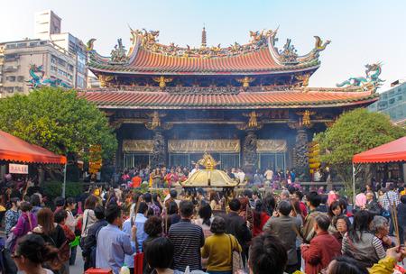 台北市の龍山寺に多くの観光客や信者どこから来る中国の新年の間に 報道画像