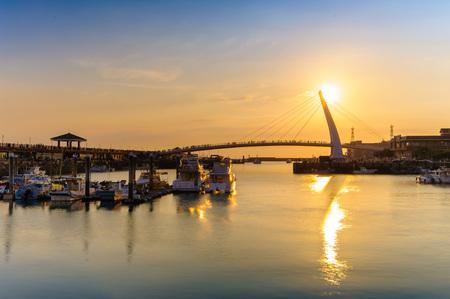 淡水、台北、台湾の情人橋の夕暮れ