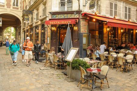 Blick auf die Straße von Paris mit Bar und Restaurants in Frankreich