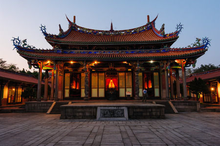 templo: Escena nocturna del Templo de Confucio en Taipei, Taiwán