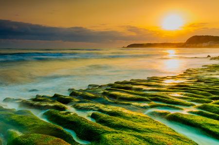 台北、台湾の Laomei 海岸の沿岸石トレンチ