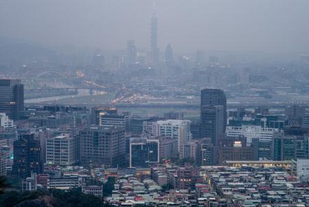 台北市のスカイライン。中国から冷たい空気フロントが冬の間に大気汚染をもたらします