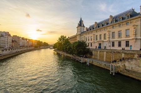 日没までフランス、パリのセーヌ川の川沿い 写真素材