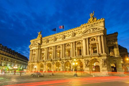 フランス、パリのオペラ座、パレ ・ ガルニエの夜景