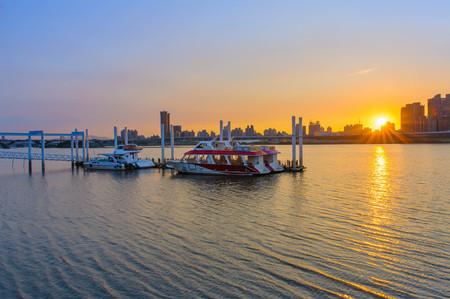 川で台北の美しい夕日