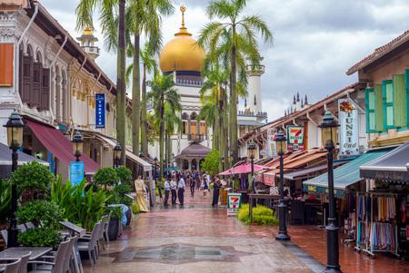 uitzicht op straat van Singapore met Masjid Sultan Redactioneel