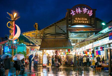 Vue nocturne de l'entrée du marché nocturne de Shihlin, qui est souvent considéré comme le marché nocturne le plus grand et le plus célèbre de la ville. Banque d'images - 55336403
