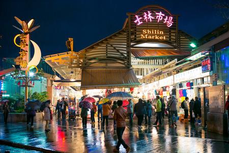 しばしば都市の最も大きく、最も有名なナイト マーケットと見なされます、士林夜市の入口の夜景。