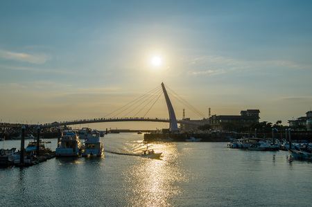 sihoutte del puente del amante en el muelle de los pescadores en tamsui