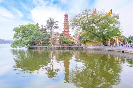 tay: Tran Quoc Pagoda, Hanoi, Vietnam