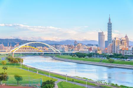 川で台北市のスカイライン 写真素材 - 64637898