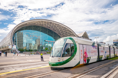 Kaohsiung Circular Light Rail. It will be the world's first light rail vehicle system on a fully catenary-free route. 版權商用圖片 - 62652383