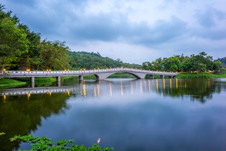 台湾の新竹に美しい橋が付いている緑の草湖 写真素材
