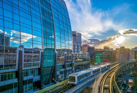 타이페이 지하철 1 호선은 타이페이 고속철도, 문산 (Wenshan) 구간, 네이후 (Neihu) 구간의 두 구간으로 구성되어 있습니다.