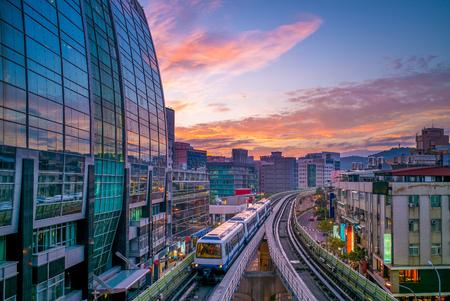 Die Linie 1 der Metro Taipei umfasst zwei Abschnitte des Taipei Rapid Transit System, die Wenshan-Abteilung und die Neihu-Abteilung Standard-Bild - 80748307