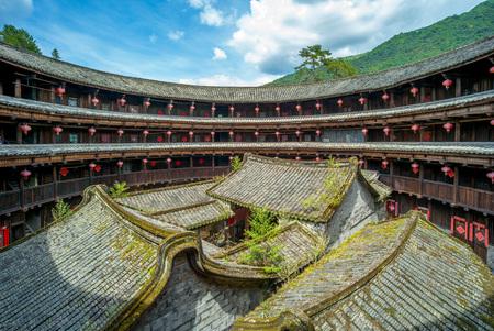Luchtfoto van fujian tulou (hakka roundhouse). Er zijn coupletten met een gelukkig gedicht op elke deur. Stockfoto