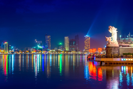 skyline of da nang by han river with carp dragon 版權商用圖片 - 93055390