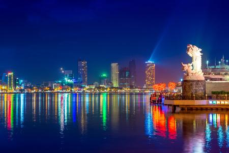 skyline van da nang door Han rivier met karper draak Stockfoto