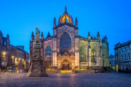 Vue de nuit de la cathédrale St Giles à Édimbourg
