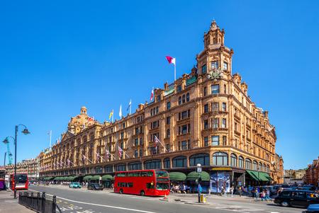street view of london with famous department stores Foto de archivo - 109598797