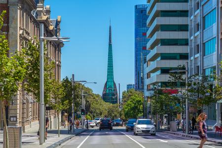 Vue sur la rue de Perth avec Swan Bell Tower