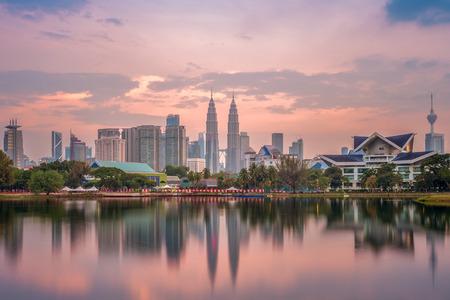 Horizonte de Kuala Lumpur por el lago al atardecer
