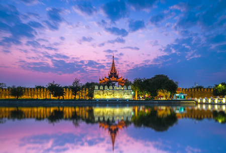 Night view of Mandalay Palace in Myanmar Banque d'images - 128356077