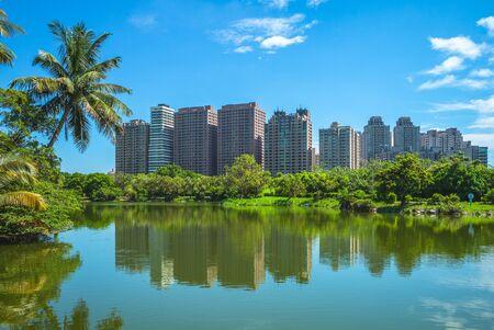skyline of kaohsiung by the pond at park Zdjęcie Seryjne