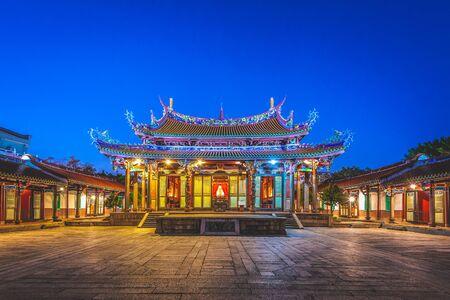 Escena nocturna del templo de Confucio en Taipei, Taiwán.