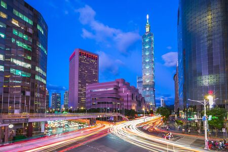 skyline of taipei city with taipei 101 tower in taiwan Foto de archivo - 131124422