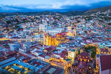 Widok z lotu ptaka na guanajuato z katedrą w meksyku