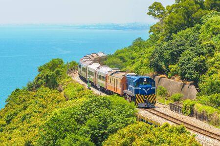 Landschaft von Südtaiwan mit Eisenbahn und Zug
