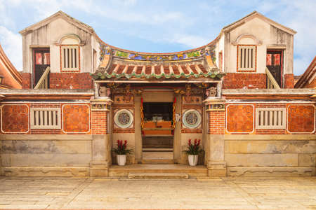 Haizhu Hall of Shanhou Folk Culture Village in kinmen. Haizhu means ocean and pearl. translation of the chinese text is ocean is barrier and pearl shines on hall. Imagens