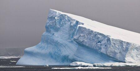 tabellare: Antartico iceberg - inclinato Archivio Fotografico