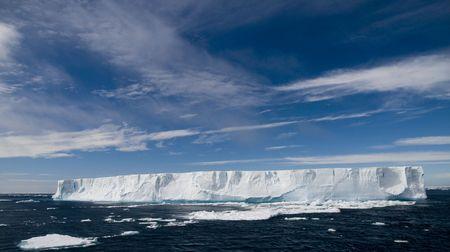 tabellare: Antartico iceberg tabulari con cielo blu Archivio Fotografico