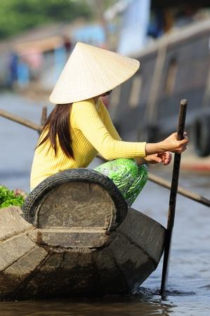 Woman on a Boat in Vietnam Standard-Bild