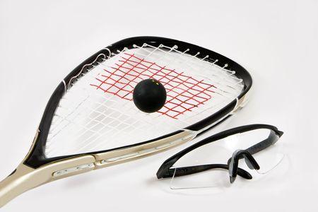 racquetball: Primer plano de una raqueta de squash, pelota y gafas de seguridad, aislado contra un fondo blanco