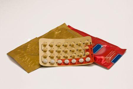 Anticonceptivos masculinos y femeninos: preservativo y la p�ldora. Foto de archivo - 5175448