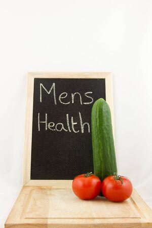 phallic: Una tabla de cortar con ensalada de pepino f�lica, y el tomate, con una pizarra en el fondo con las palabras Foto de archivo