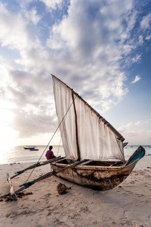 Dhow on the beach in Zanzibar. Standard-Bild