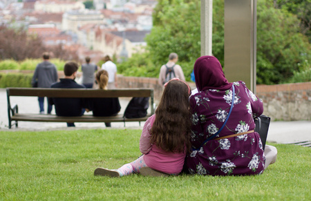 Muslim family is sitting in the meadow Stockfoto