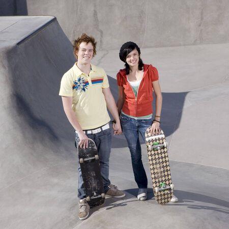 Teen skater pareja con monopatines en un parque de skate Foto de archivo - 3567951