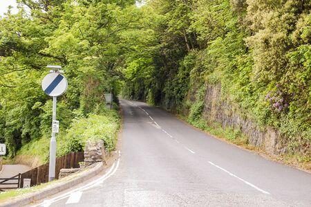 国立速度制限標識と国の車線のショット