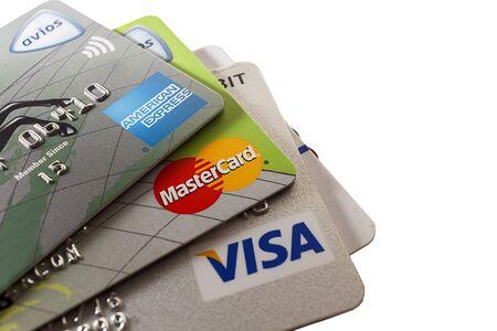 Close-up shot van de drie grote credit cards, een witte achtergrond. hoofdartikel Redactioneel