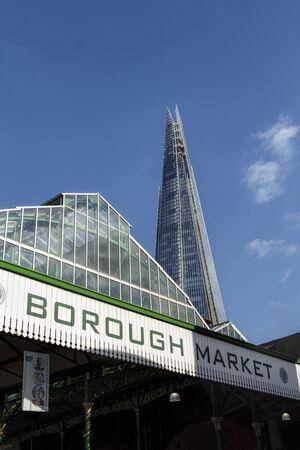 De ingang van stadsmarkt met The Shard op de achtergrond
