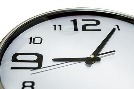 llegar tarde: Reloj que muestra 5 pasado 9, podría llegar tarde a la reunión concepto workingor