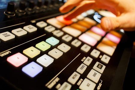 デジタル コント ローラーを使用して DJ の抽象的なショット