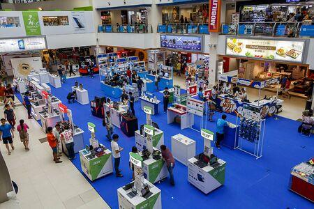 expositor: Ventas stallsof múltiples fabricantes de ordenadores. Tomado en Funan Digital Life Mall, Singapur